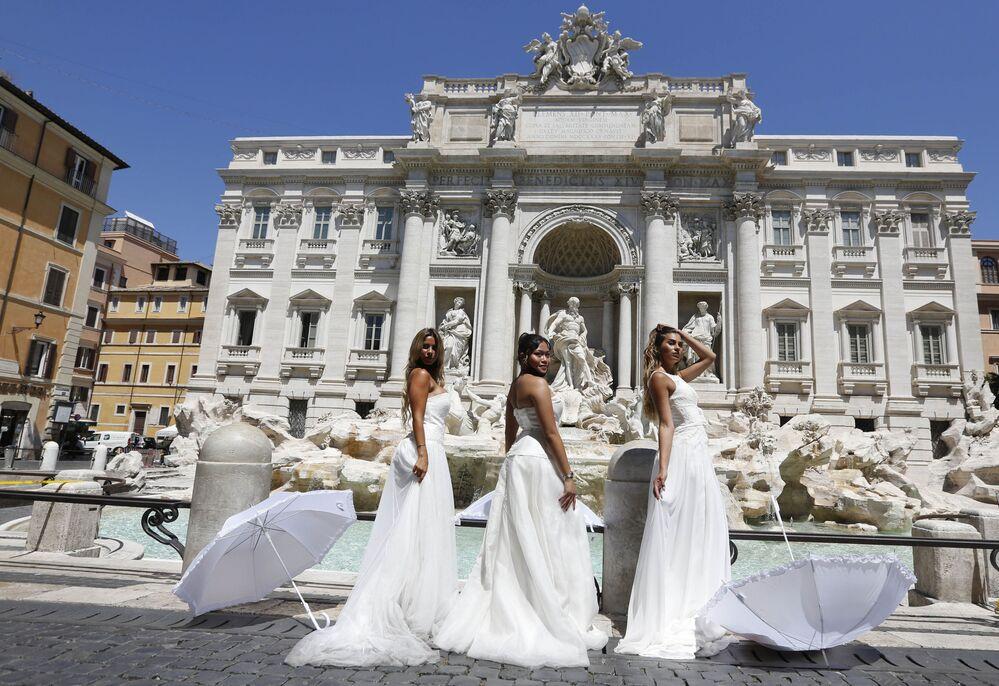 Flashmob di protesta delle Spose da Fontana di Trevi fino a Montecitorio