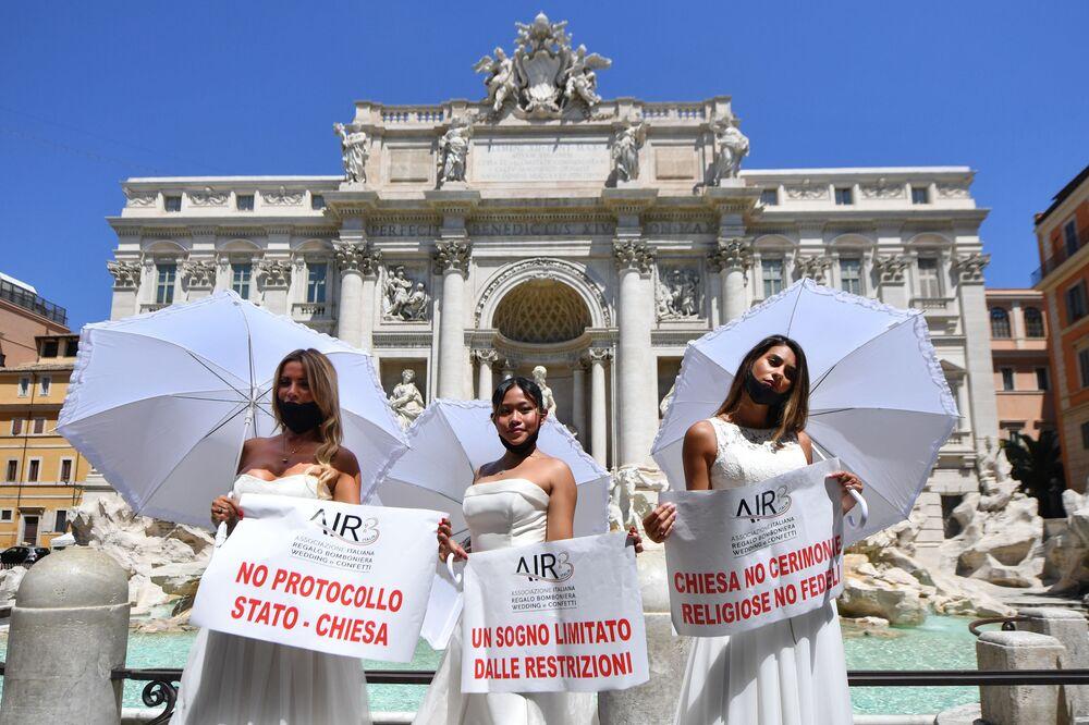 Un flash mob davanti alla Fontana di Trevi. Così le spose hanno scelto di manifestare la loro contrarietà alle rigide norme anti-coronavirus previste per i matrimoni