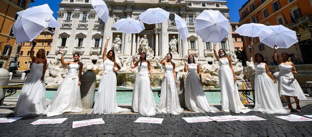 La manifestazione organizzata dall'Associazione italiana regalo, bomboniera, wedding e confetti per chiedere aiuti al governo.