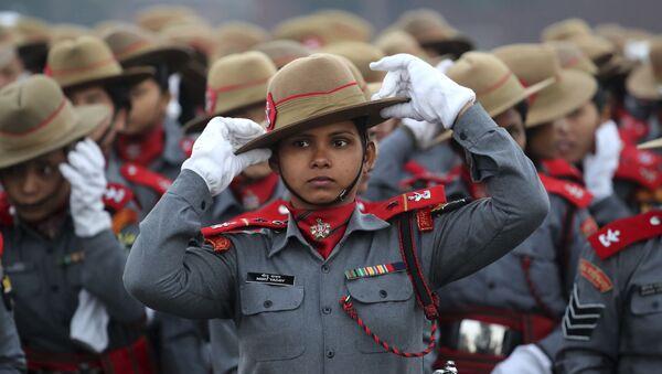 Le donne paracadutistiche indiane dei fucili Assam si sistemanoi cappelli durante le prove per l'imminente parata della Festa della Repubblica su Rajpath, viale cerimoniale, a Nuova Delhi, in India, lunedì, 14 gennaio 2019 - Sputnik Italia