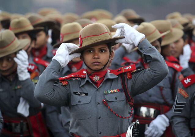 Le donne paracadutistiche indiane dei fucili Assam si sistemano i cappelli durante le prove per l'imminente parata della Festa della Repubblica su Rajpath, viale cerimoniale, a Nuova Delhi, in India, lunedì, 14 gennaio 2019