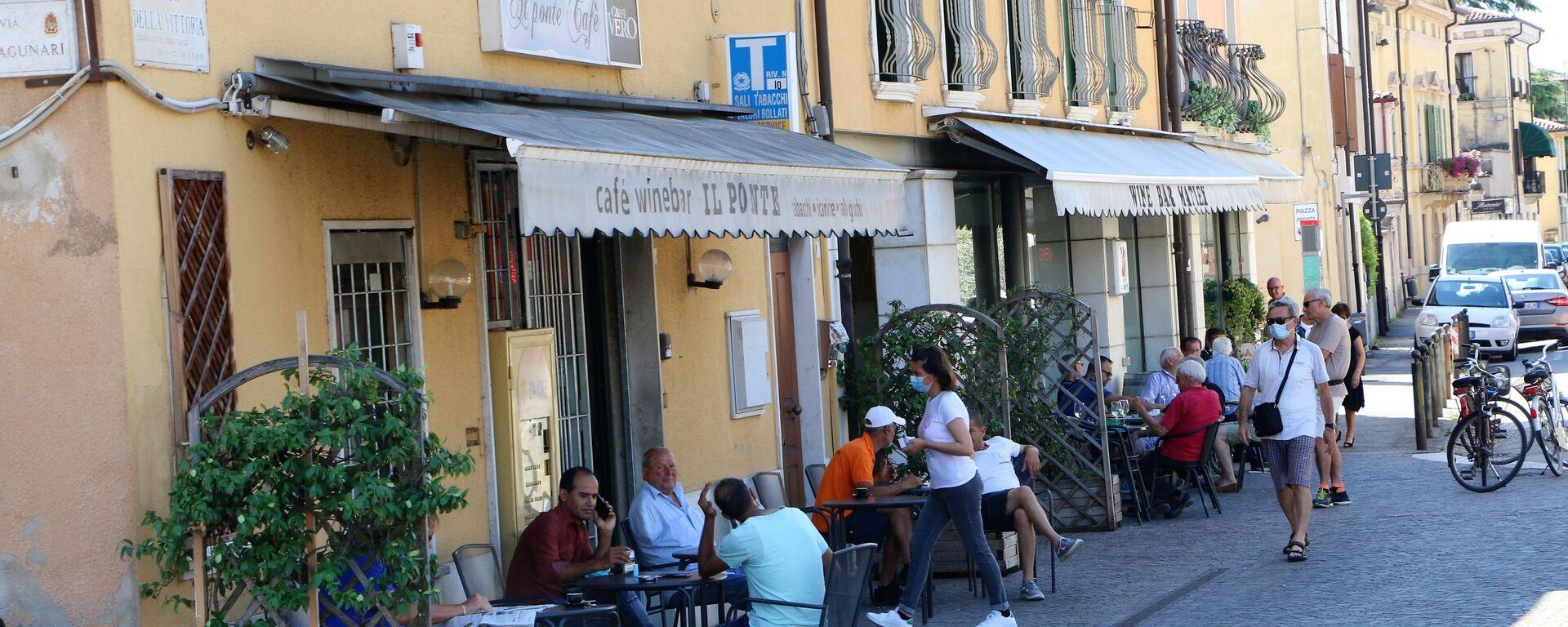 La gente al bar in Italia - Sputnik Italia, 1920, 07.06.2021