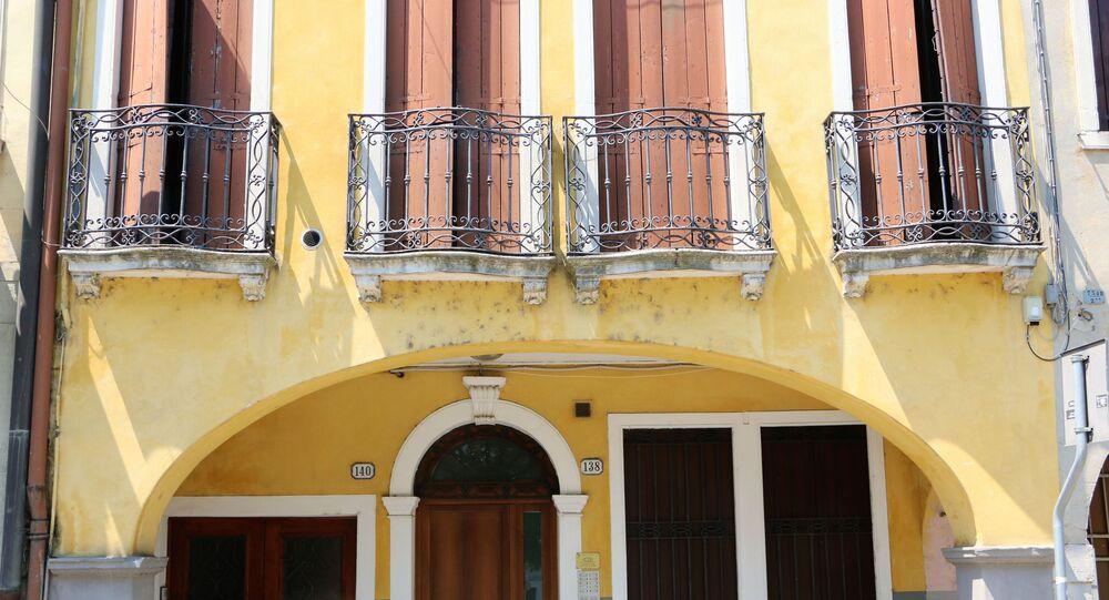 I balconi di una casa in Italia