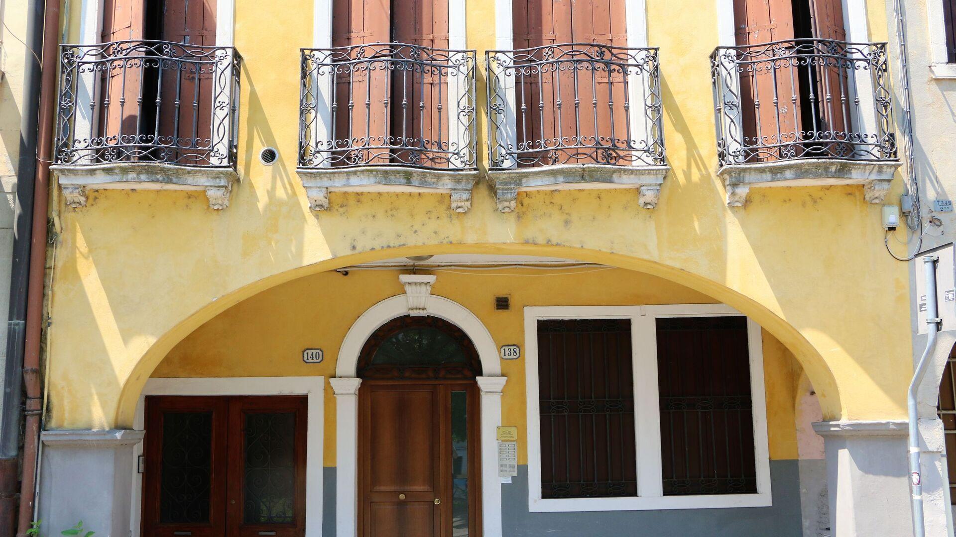 I balconi di una casa in Italia - Sputnik Italia, 1920, 06.06.2021