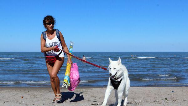 Una donna con cane sulla spiaggia in Italia - Sputnik Italia