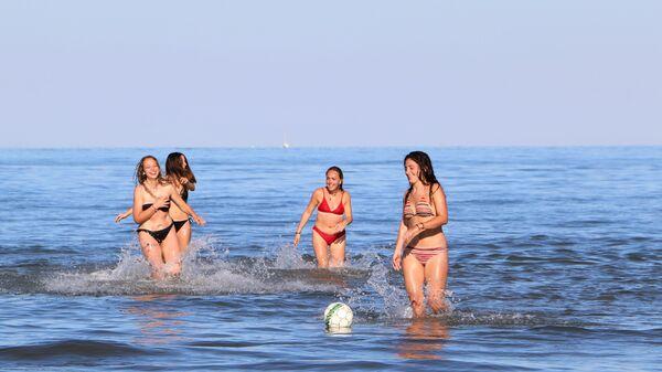 Ragazze si rilassano al mare in Italia - Sputnik Italia