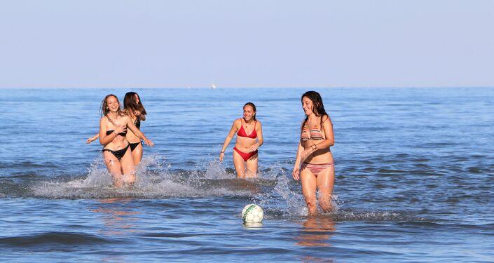 Ragazze si rilassano al mare in Italia