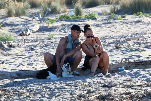 Una coppia con cane sulla spiaggia in Italia - Sputnik Italia