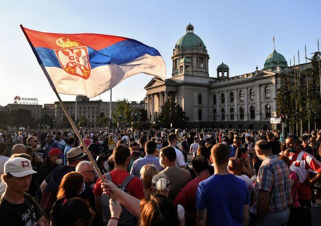 Dimostranti in centro a Belgrado
