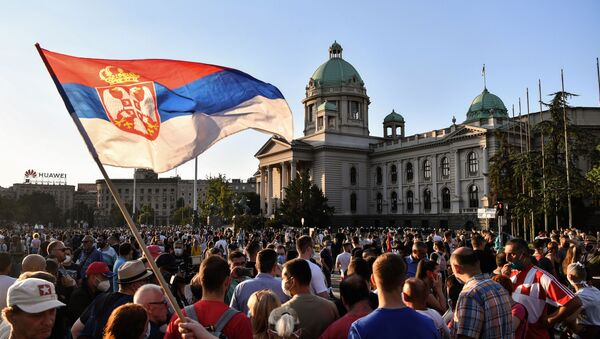 Protesters gather outside Serbia's National Assembly building in Belgrade on July 8, 2020 against a weekend curfew announced to combat a resurgence of COVID-19 infections  - Sputnik Italia