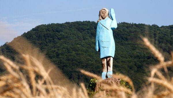 Statua di Melania Trump in Slovenia - Sputnik Italia