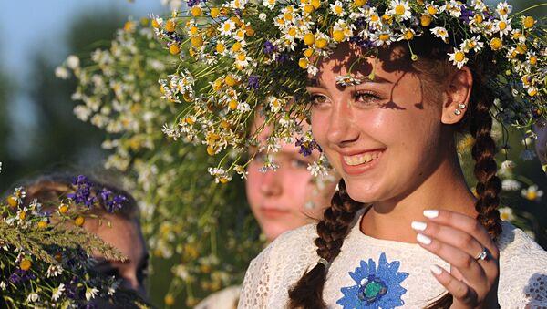 Ragazze prendono parte alle celebrazioni della festa di Ivan Kupala (San Giovanni in versione slava) sulle rive del fiume Pripyat nell'antica città bielorussa di Turov. - Sputnik Italia