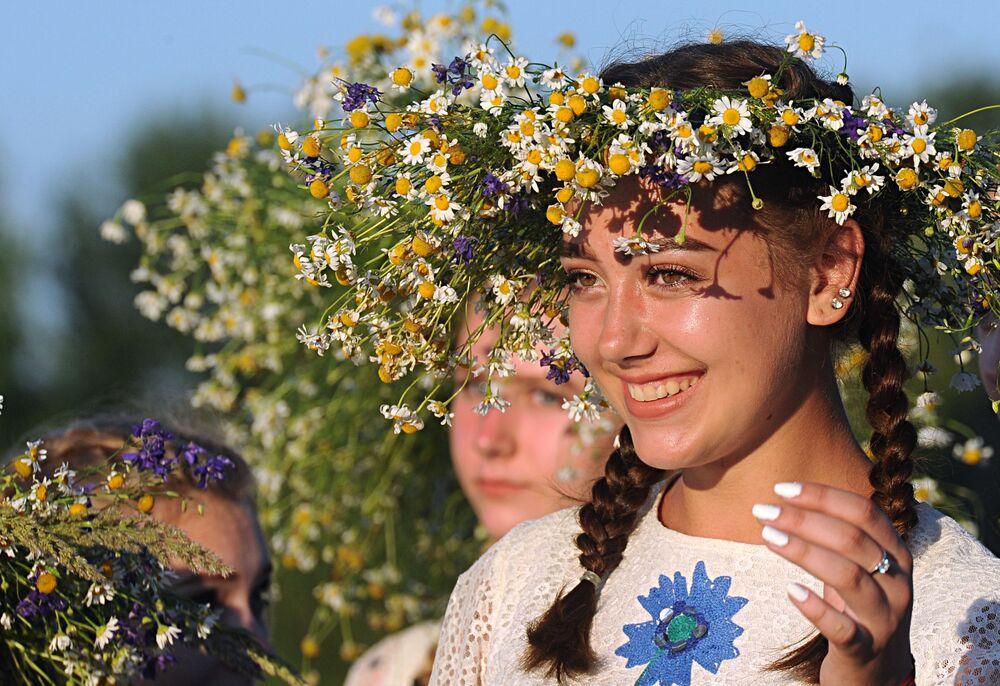 Ragazze prendono parte alle celebrazioni della festa di Ivan Kupala (San Giovanni in versione slava) sulle rive del fiume Pripyat nell'antica città bielorussa di Turov.