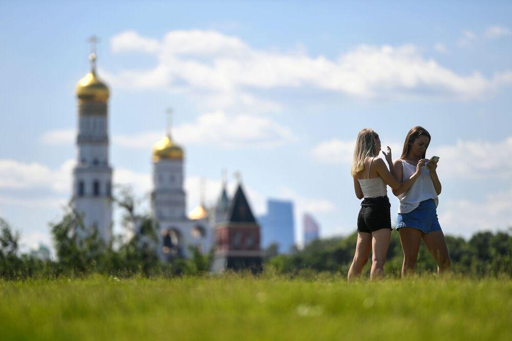 Ragazze in Zaryadye, un parco di Mosca.