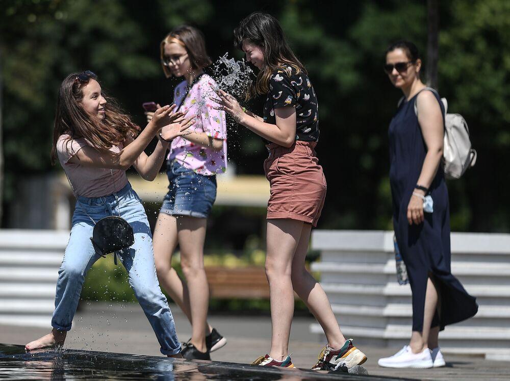 Ragazze spendono il loro tempo libero nel Gorky Park mentre le temperature alte hanno colpito Mosca.