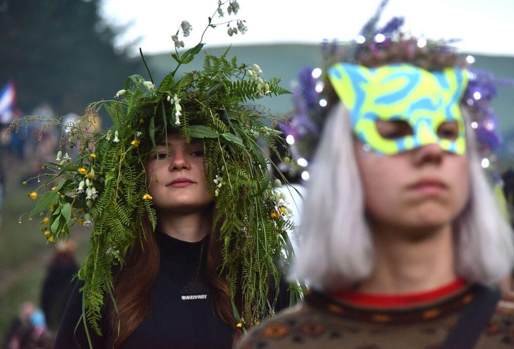 Ragazze prendono parte alle celebrazioni della festa di Ivan Kupala (San Giovanni in versione slava) in Ucraina.