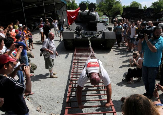 Il maciste russo sposta un T-34.