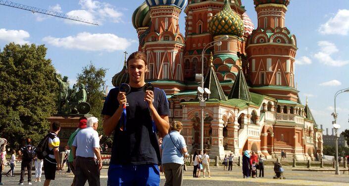 Gregorio Paltrinieri posa con le medaglie d'oro sulla Piazza Rossa di Mosca