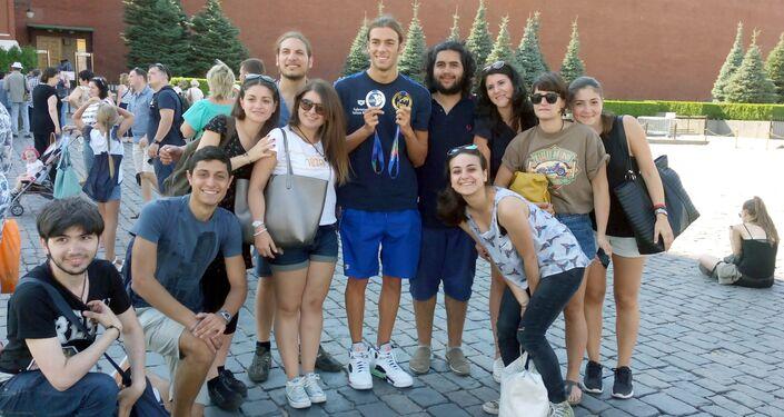 Foto con un gruppo di studenti italiani sulla Piazza Rossa per Gregorio Paltrinieri