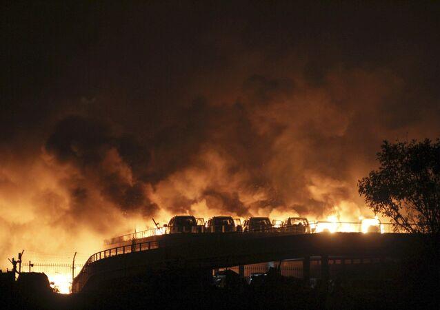 L`incendio provocato dall`esplosione a Tanjin cinese