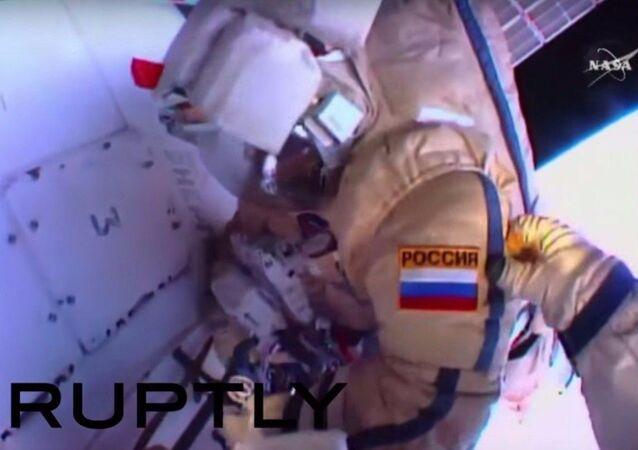 Cosmonauti russi nello spazio aperto