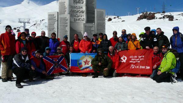 Alpinisti da Lugansk sulla cima dell'Elbrus vicino al monumento agli eroi della Grande Guerra Patriotica, maggio del 2015 - Sputnik Italia