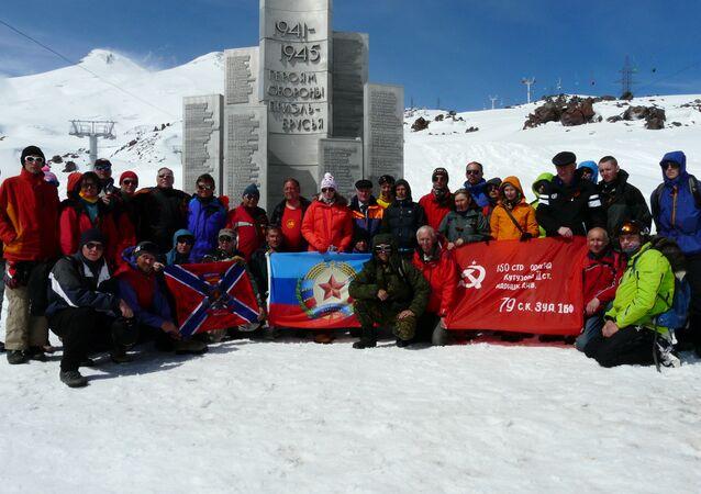 Alpinisti da Lugansk sulla cima dell'Elbrus vicino al monumento agli eroi della Grande Guerra Patriotica, maggio del 2015