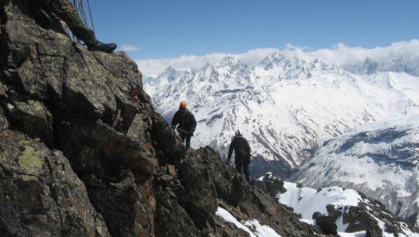 Gli alpinisti salgono verso la cima dell'Elbrus - Sputnik Italia