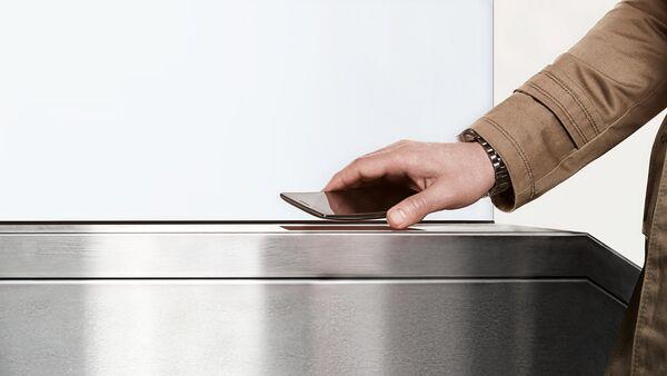 Con le nuove tecnologie si può pagare con il proprio telefono collegandolo al lettore di cassa o di tornello. - Sputnik Italia