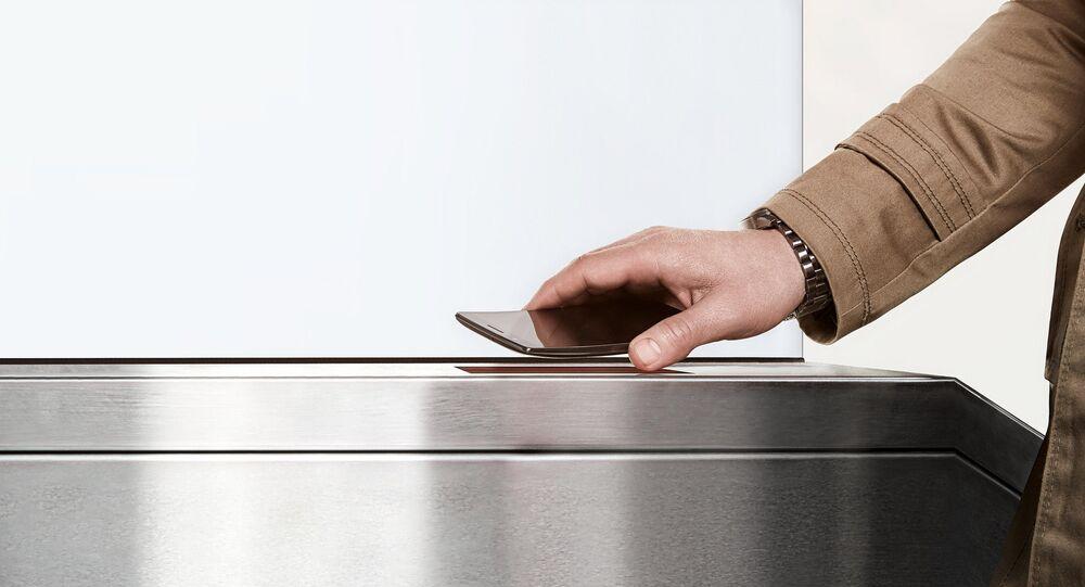 Con le nuove tecnologie si può pagare con il proprio telefono collegandolo al lettore di cassa o di tornello.