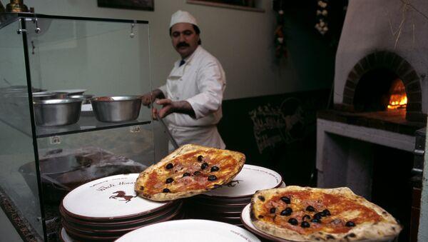Un pizzaiolo al lavoro - Sputnik Italia