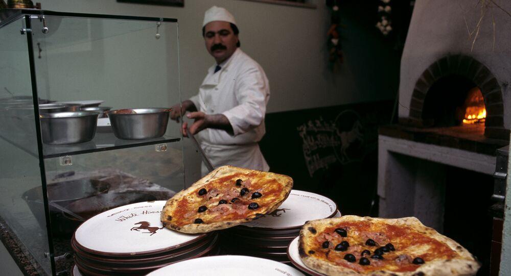 Un pizzaiolo al lavoro
