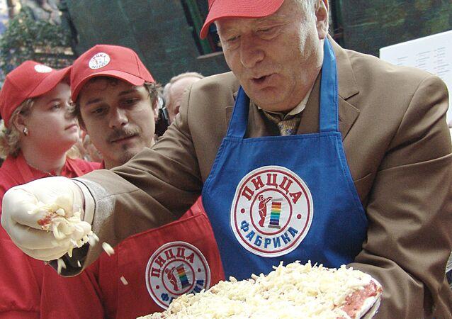 Il politico russo Vladimir Zhirinovskij sta cucinando di stragrande pizza Mosca