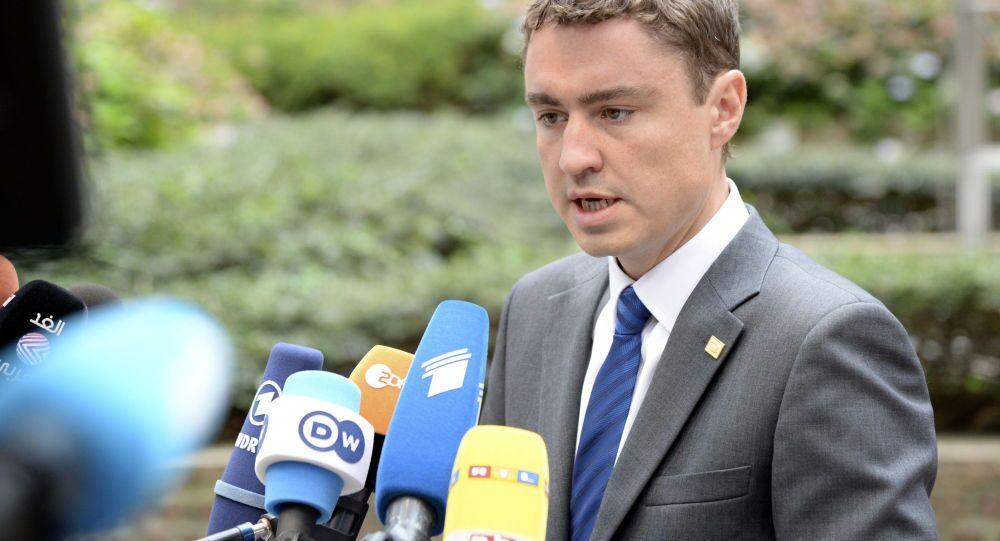 Il primo ministro Taavi Roivas  insieme al presidente estone ha indossato nastri di colore giallo per indicare il proprio sostegno a Kohver.