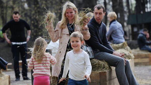 Una famiglia al parco Gorky di Mosca - Sputnik Italia