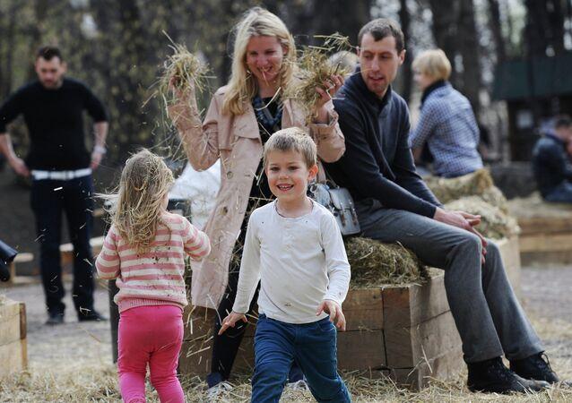 Una famiglia al parco Gorky di Mosca